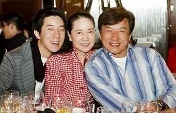 62岁成龙妻子林凤娇罕见年轻照 名气不输林青