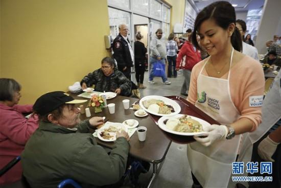 温哥华举行感恩节慈善派餐活动海螺后边一截图片