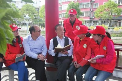 南通海安志愿者聆听爱国教育 践行两学一做