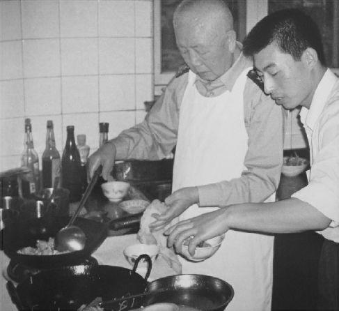刘华清偶尔在家中下厨