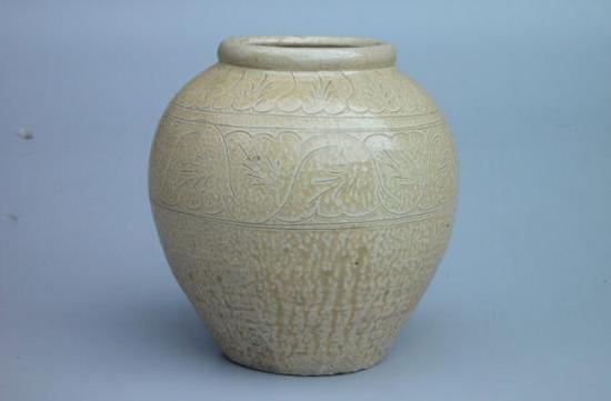 金·辽白釉划花缠枝纹罐