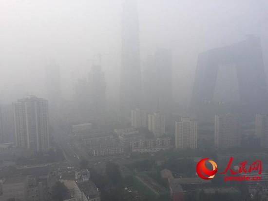 北京目前仨预警共存 霾黄色预警、空气重污染蓝色预警、大雾黄色预警