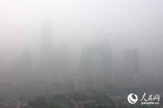 雾霾笼罩北京 部分地区能见度小于500米