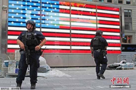 当地时间2016年9月18日,美国纽约曼哈顿街头和车站等公共区域加强安保措施,随处可见持枪警察。纽约曼哈顿区切尔西社区9月17日发生爆炸,目前已造成29人受伤,警察在现场进行调查。