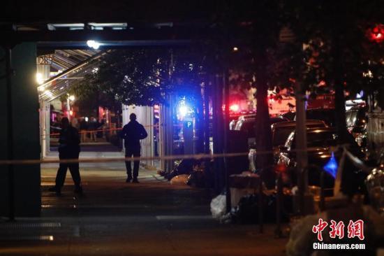 """当地时间9月17日,纽约曼哈顿切尔西街区,警察警戒。当晚,纽约曼哈顿切尔西街区的爆炸已造成29人受伤,一人伤势较重,但无生命危险。初步调查显示,这是一起""""蓄意行为"""",但目前尚无证据显示爆炸与恐怖袭击有关。<a target='_blank'  data-cke-saved-href='http://www.chinanews.com/' href='http://www.chinanews.com/'><p  align="""