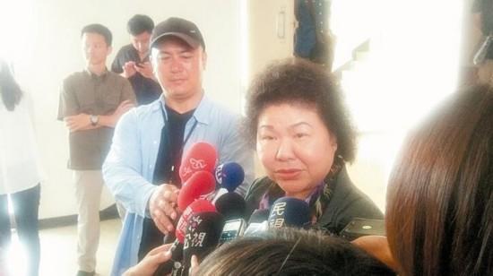 高雄市长陈菊(中)表示,她以最多数人利益为政策考量,若被攻击,她会承担。(图片来源:台湾《联合晚报》)