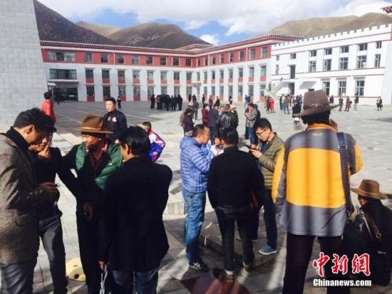 青海玉树杂多发生6.2级地震 震感强烈民众屋外躲避