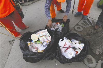 18日傍晚,三環路茶店子客運段,環衛工人清掃的垃圾以餐盒、煙頭、紙屑、礦泉水為主