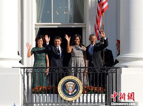 当地时间10月18日,意大利总理伦齐对白宫进行正式访问,美国总统奥巴马在白宫南草坪为其举行盛大欢迎仪式。当晚,伦齐将出席奥巴马为其举办的国宴,这将是奥巴马总统任内最后一次国宴安排。图为美国与意大利两国领导人及夫人向观礼嘉宾挥手致意。 <a target='_blank'  data-cke-saved-href='http://www.chinanews.com/' href='http://www.chinanews.com/'><p  align=