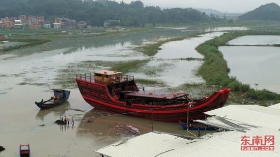 世界上长宽最大的航海木帆船在宁德顺利下水(组图)