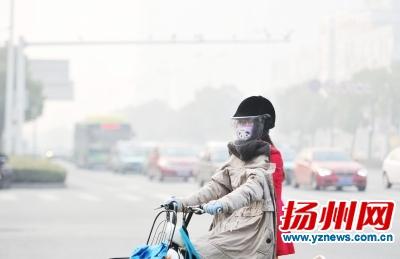 雾霾天出行,最好佩戴口罩和帽子。(资料图片)