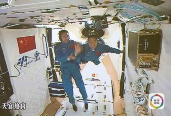 原文配图:10月19日,神舟十一号航天员景海鹏和陈冬顺利进入天宫二号实验舱。这是景海鹏(左)和陈冬在天宫二号实验舱。