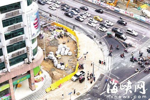 东街口站东南出入口,将建小广场