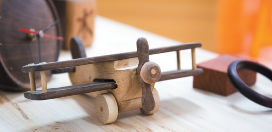 木工严师傅将制作工艺完全分解,细化为选料,切割,预打榫卯,车床