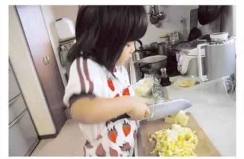母亲逼4岁女儿每天做菜 背后故事让人心酸