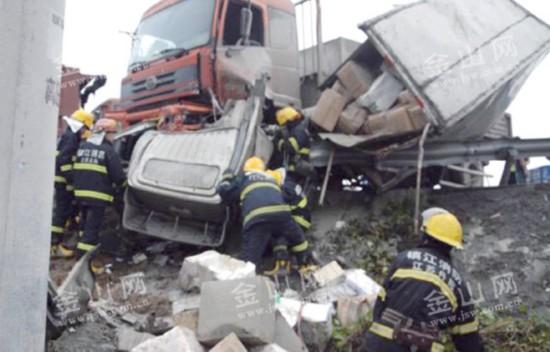 3车相撞司机被困 镇江丹阳消防紧急救援
