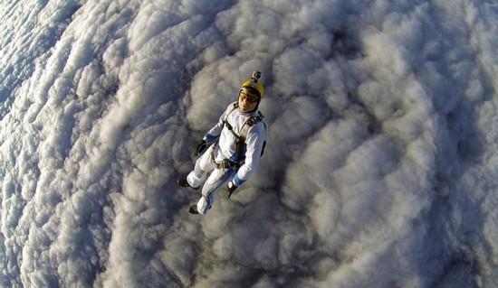 俄男子体验高空云层跳伞 惊艳刺激