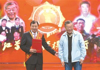 """华西村党委书记吴协恩荣膺江苏""""时代楷模"""""""