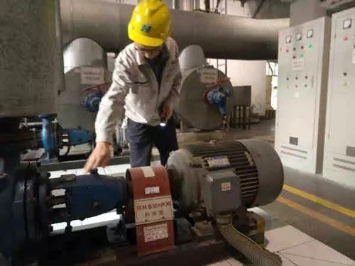华能莱芜电厂工作人员正在检查供热设备
