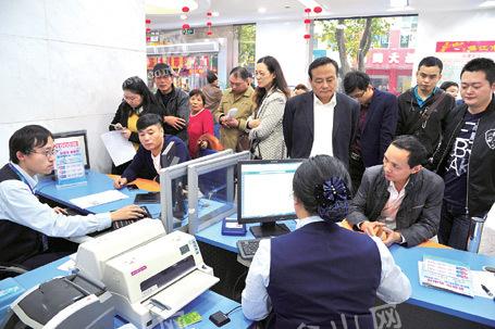 镇江市民扎堆办理手机号实名认证业务