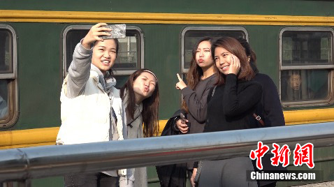 附近学生专程到清华园车站拍照留念。中新网 路伟 摄