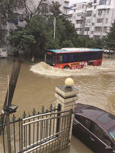 """镇江秋雨倾盆进入""""看海模式"""" 多路段出现积水"""