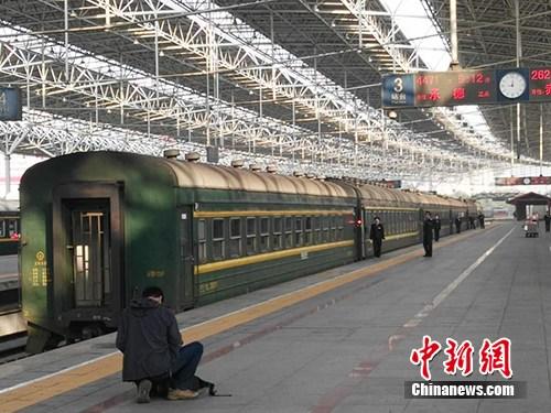 在4471次列车始发站,有乘客在拍照留念。该列车由北京北站开往承德,途中的第一个停靠站即为清华园站。中新网记者 宋宇晟 摄