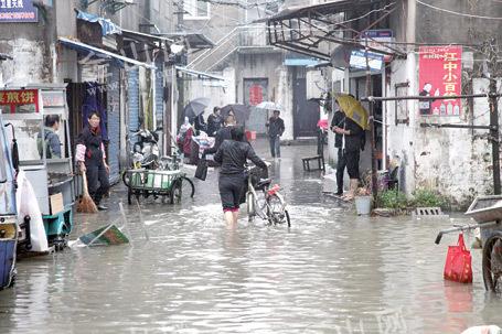 秋雨成涝 镇江部分路段小区积水成患