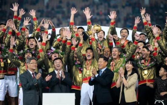 (體育)(1)足球——中超:廣州恆大捧杯成就聯賽六連冠