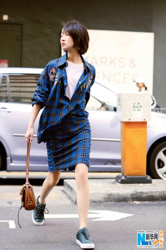 周冬雨现身香港街头 走路带风气场足