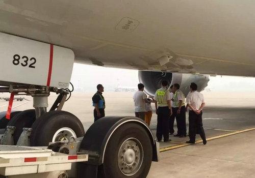 误机后冲进跑道拦飞机-兰州中川国际机场跑道破损 机场暂时关闭图片