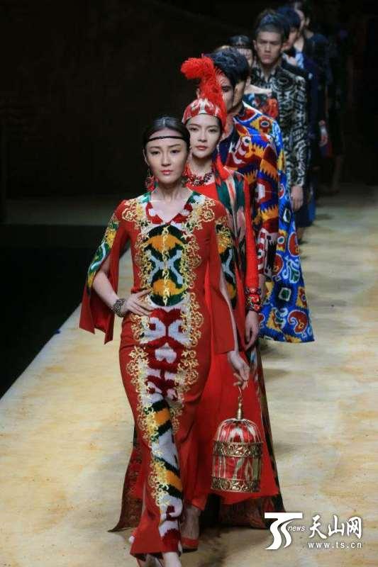 新疆艾德莱斯元素时装作品亮相北京时装发布会(图)