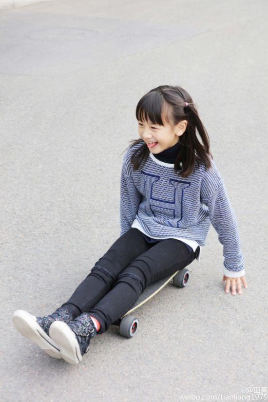 田亮晒女儿滑板照自夸梳头水平 长腿田雨橙变