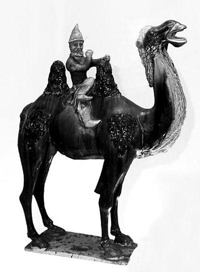 唐代陶塑:一个骑着巴克特里亚双峰骆驼的粟特商人.
