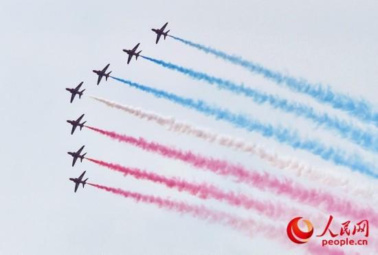 """英国""""红箭""""飞行表演队亮相珠海航展,秀出多个高难度动作。(摄影:人民网记者 翁奇羽)"""