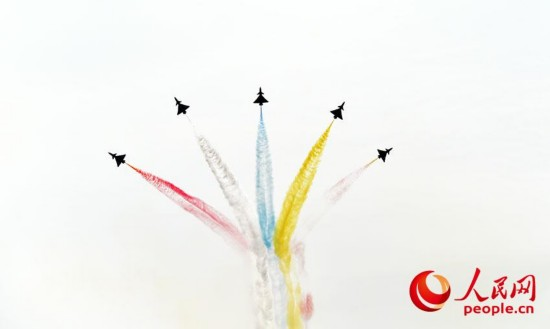 八一飞行表演队航展现场进行飞行表演。(摄影:人民网记者 翁奇羽)