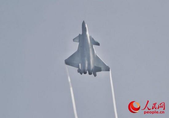 2架国产歼-20隐形战机飞越珠海航展开幕式现场,并进行飞行展示。(人民网记者 翁奇羽摄)