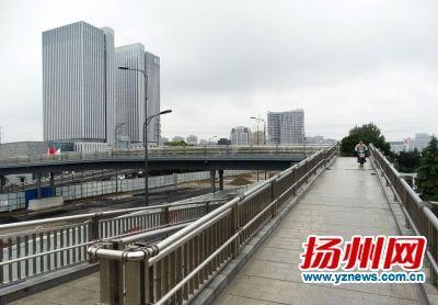 扬子江南路人行天桥。孔生摄