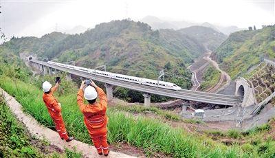 渝万高铁即将通车 每隔2公里一个治安岗亭(图)