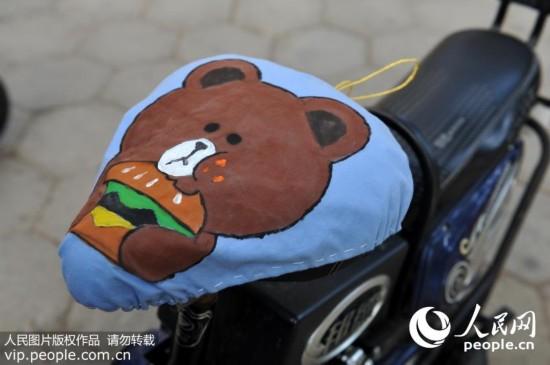 并结合专业特色,利用丙烯颜料,彩绘美观可爱的动物图案,使自行车变得