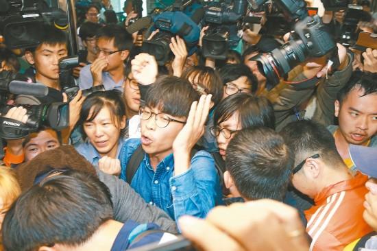 青年团体昨天到民进党中央党部,抗议砍劳工7天假。因优势警力的阻挡,无法与蔡英文当面陈情,退出后扬言未来将如影随形