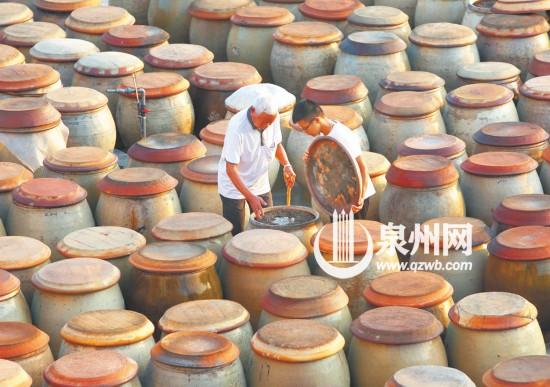 吴宗洲正在将手艺传给孙子,希望后生仔能传承古法,在酱缸里创造出新意,将酱文化发扬光大。