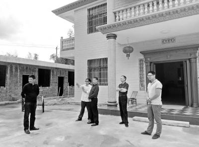 图片新闻:大学生村官走访受灾户