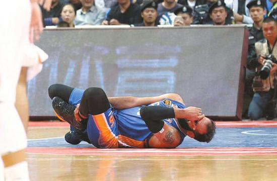 比赛中,哈达迪意外倒地。