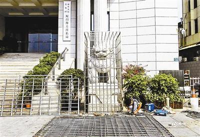 厦门海关门前石狮关进笼子搞迷信?官方:防台风损毁