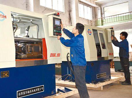 6日,在洛阳国华轴承机械有限公司生产车间,工人正加紧组装即将
