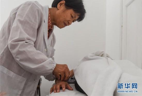 """(国际・""""一带一路""""全球行)(1)周克秀:用针灸为秘鲁人民消病除痛的中国医生"""