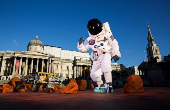 伦敦广场被布置成火星场景 极具想象力