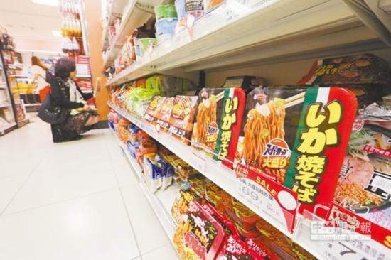 民众在百货超商内选购日系泡面