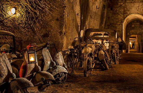 意19世纪国王逃生隧道如今堆满旧汽车